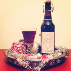 Jul-Öl En riktigt tungt torrhumlad Amber Ale. Mycket god.